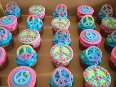 The dye kids peace sign and flowers cupcakes. Disco Birthday Party, 70s Party, Birthday Cake, Paz Hippie, Hippie Cake, Hippie Birthday, Woodstock, Bday Girl, Cake Toppers