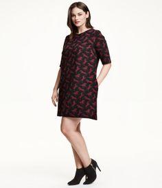 Kleid aus bedrucktem Sweatstoff in angedeuteter A-Linie. Modell mit kurzem Arm und Nahttaschen. Ungefüttert.