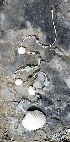 Edles Mobile aus der Elemente-Serie. Dieser elegante Deko-Hänger bringt nach Feng Shui das Element Metall in Ihr Zuhause. Mit Liebe handgemacht aus ausgewählten Fundstücken vom Strand, kombiniert mit weißen, durchscheinenden und geschliffenen Glasperlen sowie Metallelementen.