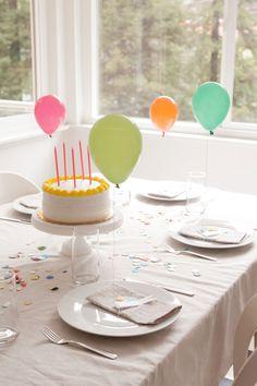 Minimalistische, stilvolle Dekoration für den gedeckten Geburtstagstisch