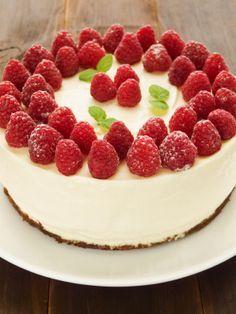 Esta rica receta de cheesecake no requiere de un horno ya que va congelado. Queda buenísimo decorado con frambuesas y acompañado de mermelada de fresas. http://www.demoslavueltaaldia.com/recetas