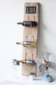 ▷ 1001 + ideas for wall design kitchen to borrow- ▷ 1001 + Ideen für Wandgestaltung Küche zum Entlehnen Decoration for the kitchen wall, three bottles attached to a board, inscription wine -