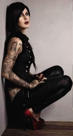Kat Von D.she's so freakin sexy! Tattoo Girls, Girl Tattoos, Ami James, Gorgeous Women, Beautiful People, Chica Dark, Fake Tattoo, Miami Ink, Kat Von D Tattoos