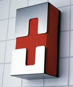 Easy to recognize, first aid kit, nice design by ulf thomas solbach - radius-design-shop. Wayfinding Signage, Signage Design, Design Visual, Joe Colombo, Design3000, Off The Grid, First Aid Kit, Metal Furniture, Bathroom Furniture