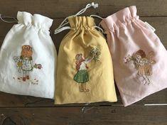 나의 쌓여가는 보물들~~ 그림이 그려진 파우치 반제품은 오늘 밤 업뎃 할께요~~~ 케이블루의 도안으로 이쁜 파우치 만들어보세요~~ 각각의 책에 이쁜이들~~~ #케이블루의프랑스자수 #케이블루도안#자수타그램 #자수 #embroidery #stitch #刺繍作家 #刺繍 #프랑스자수 #케이블루의자수 #케이블루 #刺繍教室 #ししゅう #프랑스자수 #자수그램 #needlework #손자수 #케이블루의동화같은프랑스자수 #케이블루의자수라이프 #케이블루의 사계절자수 #needlepoint #핸드메이드 #취미 #취미스타그램 #요술나무 #무단도용말아주세요 #출처표기해주세요 #상업적이용을금합니다 www.케이블루의자수.com