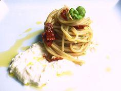 Lo chef Mattia Poggi ci suggerisce una ricetta gustosa da preparare in pochi minuti: spaghetti con pomodori secchi, alici e burrata. Un piatto diverso dal solito che dona gusto e sapore ad una calda giornata estiva.