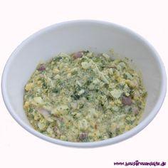 die Eier-Salatsoße passt gut zu grünen Blattsalaten, Tomatensalat, Gurkensalat, Paprikasalat - es werden 2 hart gekochte Eier hinein gewürftel