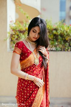 See this gorgeous indian bride You will find different rumors about the real history of the wedding dress; Indian Bridal Sarees, Indian Bridal Outfits, Indian Bridal Fashion, Indian Wedding Jewellery, South Indian Bride Saree, Bengali Saree, Indian Wedding Bride, Bridal Sari, Bengali Wedding