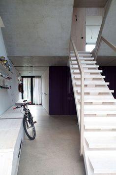 escalier droit blanc de design moderne à limon central et murs en béton
