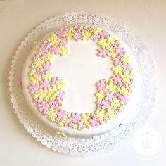 """""""Empezó la temporada de comuniones. La primavera florece en todos lados. #cake #flower #communion"""""""