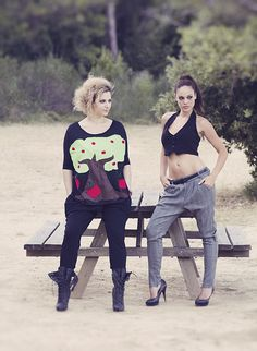 "Baya: Γιλέκο μονόχρωμο και καρό παντελόνι τύπου ""cigarette"".  Feny: Μπλούζα με τρουακάρ μανίκι και χειροποίητο απλικέ σχέδιο ""apple tree""."