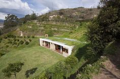Green roof over house set into hillside in Ecuador (The villas of Le Ville di Trevinano are also designed as minimalistic earth-sheltered homes) www. Earthship, Earth Sheltered Homes, Sheltered Housing, Bungalow Haus Design, Modern House Design, Gazebo, Hillside House, Underground Homes, Underground House Plans