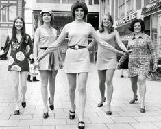 Nesta imagem estão ilustradas as mini saias dos anos 60. Já estamos mais no final dos anos 60, pelos cabelos mais compridos, não tão pequenos e armados como o de Twiggy e Mary Quant e os cordões e padrões a iniciar a moda hippie.