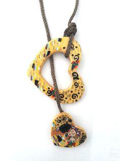collana realizzata completamente a mano in ceramica e dipinta ispirandoci al Bacio di Klimt #bacio #klimt #collana #necklace #fashion #love #gift #style #art #shopping #thebestgift