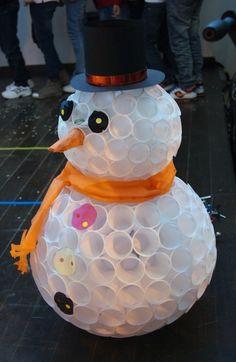 Leuke sneeuwpop. Plastic bekertjes aan elkaar geniet. Zo eenvoudig.