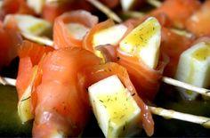 El salmón ahumado es uno de los alimentos estrella de las Navidades, y es que además de ser muy práctico, está buenísimo y es de lo más resultón a la hora