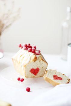 Strawberry surprise cake ღ Sweet Recipes, Cake Recipes, Dessert Recipes, Cupcakes, Cupcake Cakes, Cake Surprise, Kreative Snacks, Food Styling, Inside Cake