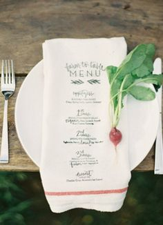 Perfect Farm Style Table Setting / Printed linen menu + radish Vía: Snippet and Ink - http://www.snippetandink.com/farm-table-engagement-dinner/ Fotografía: Jessica Lorren - http://www.jessicalorren.com/