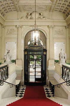 Vestibulo puerta principal y escalera de acceso.