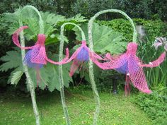 Giant alliums made from chicken wire would make great garden decors. Chicken wir… Huge aliens from chicken wire would make … Chicken Wire Art, Chicken Wire Crafts, Chicken Wire Sculpture Diy, Wire Flowers, Giant Flowers, Grands Pots, Japanese Garden Design, Metal Garden Art, Garden Ornaments