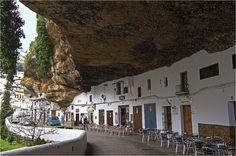 Setenil de las Bodegas - Localizado em Cádiz, ao sul da Espanha, esta bucólica vila foi construída literalmente embaixo de uma rocha gigante de 350 milhões de anos