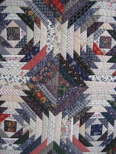 As promised in my last post this time I will write something about quilts, at last. Jantine asked me about the quilt in the bac. Pineapple Quilt Pattern, Pineapple Quilt Block, Pattern Blocks, Quilt Patterns, Log Cabin Quilts, Quilting Designs, Quilting Ideas, Scrappy Quilts, Longarm Quilting
