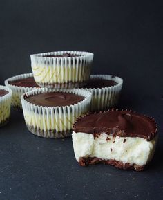 Mini cheesecakes with dark chocolate Polish Desserts, No Bake Desserts, Just Desserts, Sweet Recipes, Cake Recipes, Dessert Recipes, Mini Cheesecakes, Food Cakes, Sweet Cakes