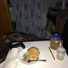 La #cena más vaga de la historia mientras juego al #residentevil7 #the the #laziest #dinner ever while I play a #game #ps4 #forthelazyplayers #geek #nerd #tired #foodie #food #kebab #vago #richardwatterson
