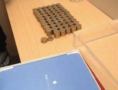 Un chico de Barcelona compra un iPad con 594 monedas de 1€