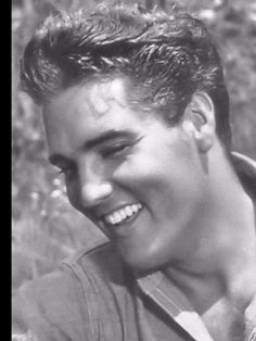Elvis Presley Photo: That Beautiful Smile Elvis Presley Young, Elvis Presley Pictures, Elvis Presley Family, Young Elvis, King Elvis Presley, Lisa Marie Presley, Elvis And Priscilla, Idole, Graceland