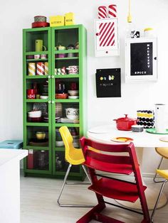 Love the green cabinet in this kitchen. Studio Kitchen, Home Decor Kitchen, Home Kitchens, Sweet Home, Green Cabinets, Dining Room Inspiration, Dining Room Design, Decor Interior Design, Bunt