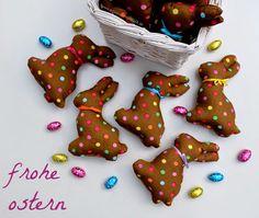 Bunt gepunktete Osterhasen aus Stoff - genäht von (c) www.schoenstebastelzeit.de