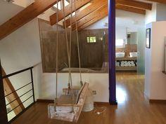 Columpio de diseño en habitación principal
