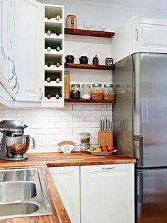 cuisine blanche et bois, placard d angle et étagères de bois