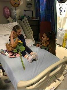 ARIANA GRANDE No hospital quando foi visitar, fãs crianças que se machucaram no atentado, no show em Manchester.
