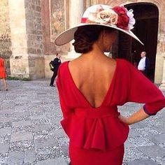 Hasta hace unos años, no era habitual lucir pamelas, sombrero o tocados en España, ni si quiera en las bodas de las altas esferas. Sin embargo, estos complementos se han ido haciendo hueco poco a p…