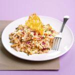 Segui la ricetta di Sale&Pepe e scopri come realizzare in modo semplice a casa tua un invitante risotto ai carciofi con cialdine di parmigiano.