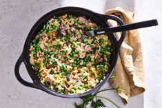 Zin in comfort food, maar dan iets gezonder? Door de broccolirijst in deze heerlijk romige mac&cheese komt dat helemaal goed. #recept #allerhande #macandcheese #comfortfood Brocolli, Mac And Cheese, Paella, Cheddar, Macaroni, Ham, Grains, Rice, Dinner