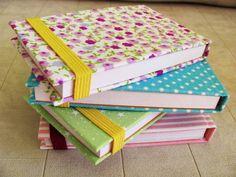 Produtos disponíveis para pronta entrega!  Blocos de anotações com capa dura, forrados em tecidos e papéis estampados. Detalhe de fechamento em elástico. Encadernação brochura. Ótimo pata ter na bolsa.  1 - Poá azul e branco; 2 - Floral; 3 - Listras rosa e branco; 4 - Estrelas verde e branco;  Pode ser feito para lembrança. R$ 5,00