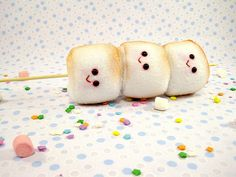 Sweet little marshmallow buddies will add a touch of cute to a sweet party delight. You can't deny that these treats are painfully adorable. Marshmallow Images, Marshmallow Skewers, Cute Marshmallows, Toasted Marshmallow, Marshmallow Snowman, Food Plushies, Food Pillows, All Things Cute, Food Humor