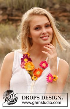 "Plaited DROPS necklace and bracelet with crochet summer flowers in ""Safran"". ~ DROPS Design"