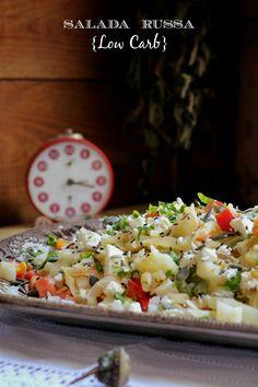 Salada Russa {Low Carb}  Ingredientes: 1/2 couve coração de boi 2 tomates chucha maduros (são mais duros e não se desfazem neste tipo de salada) 2 cenouras 1/2 curgete 3 ovos 1 posta de bacalhau queijo feta q.b. sementes de girassol, sésamo e abóbora