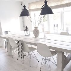"'Super mooie eettafel, wit, stoer, hout!' Salle à manger immaculée et juste 2 suspensions ""indus"" noires 