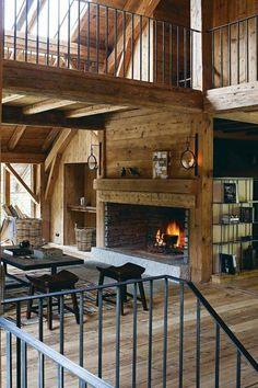 Le séjour profite d'un beau feu de cheminée