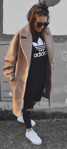 35 Trendy Basic Outfit Ideas To Wear This Fall Fall Outfit Idea: Cashmere Coat + Printed Top + Rips + Sneakers Basic Outfits, Mode Outfits, Casual Outfits, Sneakers Fashion Outfits, Dress With Sneakers, Green Sneakers, Winter Sneakers, Sneaker Outfits Women, Looks Street Style