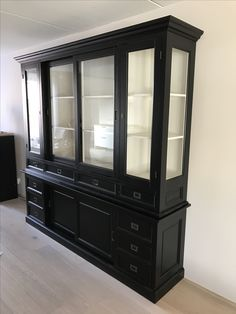 Mooie buffetkast model Eelde in chique zwart met soft close laden met klassieke facet en vitrines aan de zijkanten van de bovenkast Grote buffetkast met veel opbergruimte
