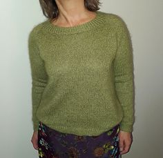 The combination of yarns shows this unique color I had in my mind for such a soft and cozy, classic top-down raglan sweater. And I just love the simple slip stitch pattern creating a nice grip, without being bulky at all! Stitch Patterns, Knitting Patterns, Green Pattern, Slip Stitch, Unique Colors, Knit Crochet, Turtle Neck, Ravelry, Knit Scarves
