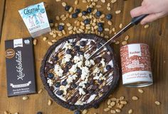 Schokoladen-Pizza mit Kokosnussjoghurt