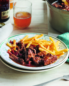 Beef and onions are slow-cooked for hours in dark beer sharpened with mustard in this classic Flemmish stew: beef carbonnade. Slow Cook Beef Recipes, Slow Cooked Beef, Slow Cooker Recipes, Cooking Recipes, Meat Recipes, Savoury Recipes, Autumn Beef Recipes, Stewing Beef Recipes