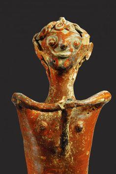 Ανθρωπόμορφο είδωλο. (1250-1180 π.Χ.). Τα αποκρουστικά είδωλα έχουν ερμηνευτεί ως απεικονίσεις θεοτήτων θηλυκού και αρσενικού γένους, ως «αποτρόπαια», ομοιώματα δηλαδή για τον εξορκισμό κακών δυνάμεων, ως απεικονίσεις λατρευόμενων προγόνων ή και πιστών που επιδίδονται σε λατρευτικές τελετουργίες. Ωστόσο, ό,τι και κι αν απεικόνιζαν τα είδωλα, πρέπει να δεχτούμε πως χρησιμοποιήθηκαν σε κάποιες από τις τελετές που οργάνωνε το ιερατείο. Η μοναδικότητά τους, η συνειδητή επιλογή της τρομακτικής…
